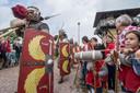 Zes mannen nemen een week lang de rol van Romein op zich. Ze proberen namens de Romeinse vereniging Pax Romana in de wachttoren bij Castellum Hoge Woerd het leven van een soldaat uit de eerste eeuw na Christus zo goed mogelijk te construeren.