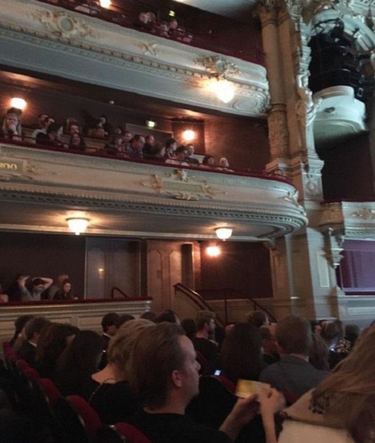 Schouwburg vol jong en gretig publiek. Beeld