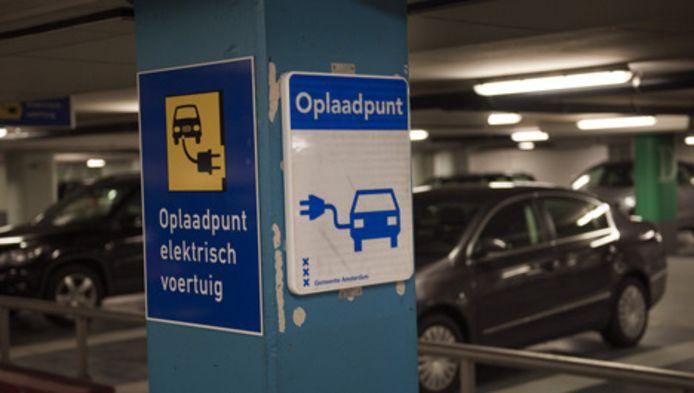 Oplaadpunt voor elektrische wagens in de parkeergarage onder het Muziekcentrum en stadhuis in Amsterdam.