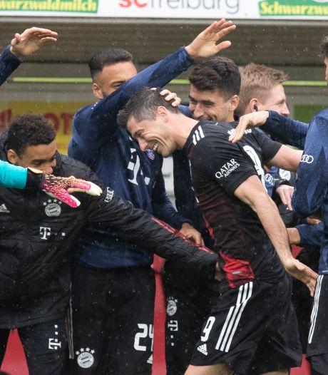 Lewandowski égale le fabuleux record de Müller, ses coéquipiers lui rendent hommage