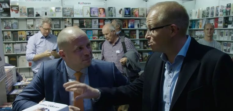 Theo Francken krijgt bezoek tijdens zijn signeersessie op de boekenbeurs.