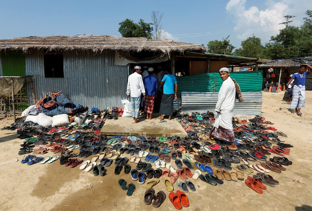 Rohingya vluchtelingen uit Myanmar maken zich op voor het vrijdaggebed in  Balu Khali een opvangkamp in Bangladesh. Foto: Adnan Abidi