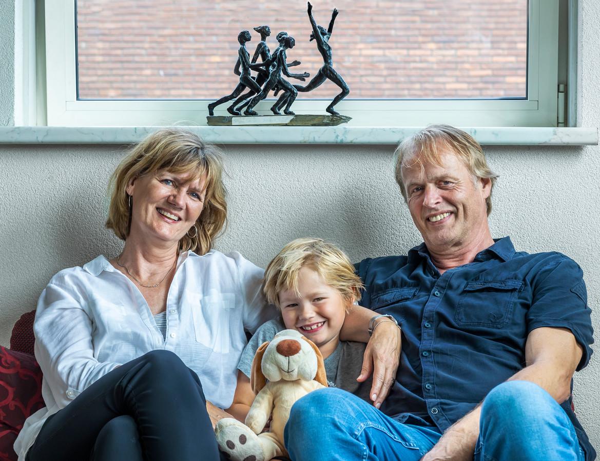 Karen en Ernst Schippers uit Utrecht (de ouders van sprinter Dafne ) met hun kleinzoon Julian. Op de vensterbank een bronzen beeld met hun zegevierende dochter.