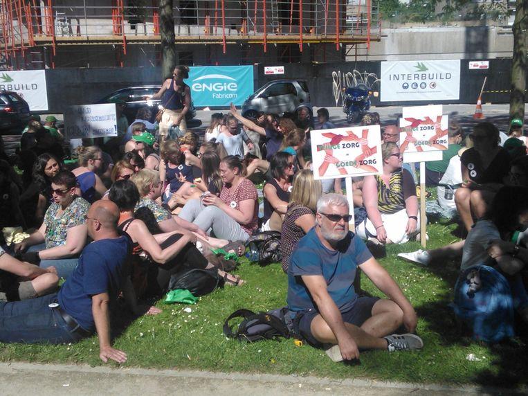 Zo'n 400 mensen hielden een sit-in voor het kabinet van Vlaams minister van Welzijn Jo Vandeurzen (CD&V). Beeld BELGA