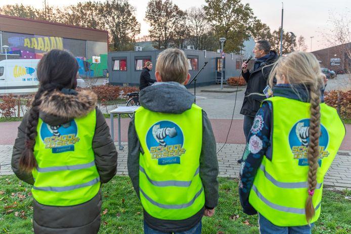Leerlingen uit groep 7 van basisschool De Moolhoek luisteren aandachtig naar wat wethouder Jon Herselman te vertellen heeft over fietsverlichting.