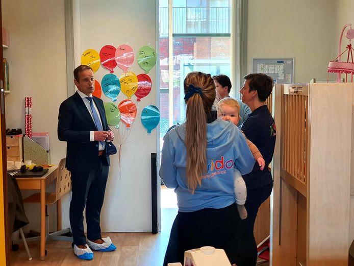 Burgemeester Van Hemmen bezoekt de medewerkers.