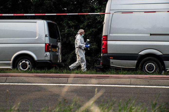De politie, tijdens het onderzoek naar de moord in een bosje aan de Nieuwe Ubbergseweg in Nijmegen vorig jaar.