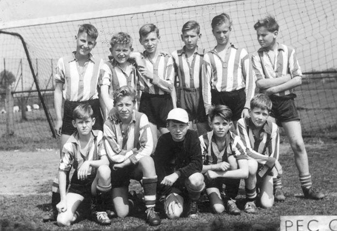 PEC Zwolle C1 van het seizoen 1958/59, met rechtsonder de 12-jarige Herman Brood.