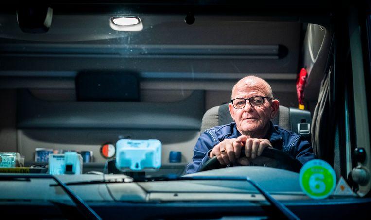 Vrachtwagenchauffeur Ed Segers (72) moet er niet aan denken thuis te zitten. Beeld Freek van den Bergh / de Volkskrant