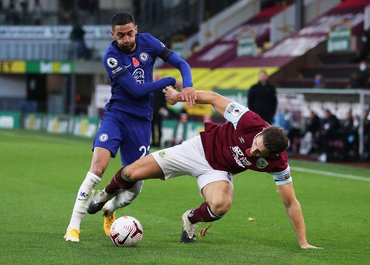 Hakim Ziyech in duel met James Tarkowski van Burnley. Beeld Reuters