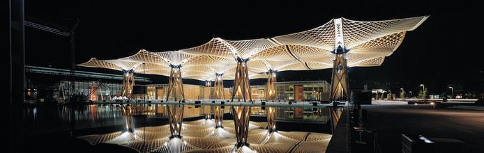 """Referentiebeeld voor een passende avondbeleving van het station Tilburg. ,,Het stationsdak wordt wel anders, maar het moet in ieder geval meer stralen dan nu."""""""