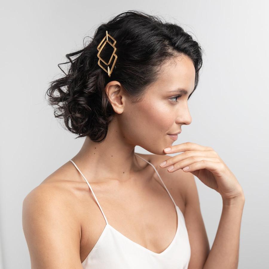 Les jolis bijoux E.L.N.A pour se coiffer facilement sans réfléchir.