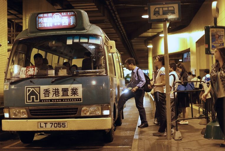 Een bus in de Chinese stad Hong Kong Beeld anp