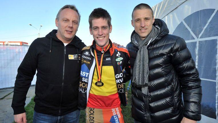 Timmy Simons, co-eigenaar van Vastgoedservice, pronkt met beloftenkampioen Jens Adams Beeld PHOTO_NEWS