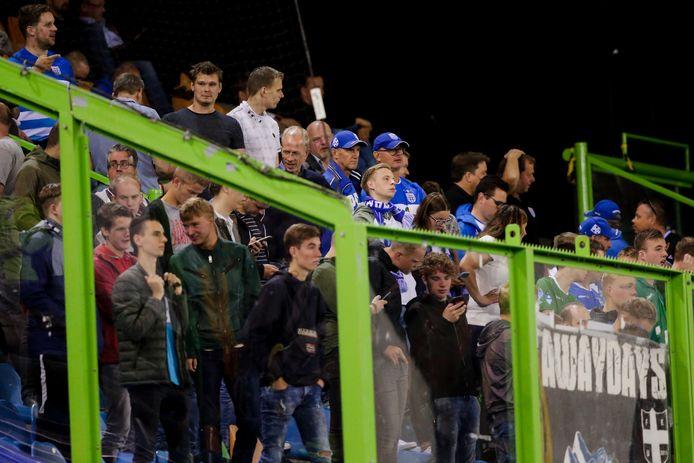 Supporters van PEC Zwolle in het uitvak tijdens de wedstrijd tegen Vitesse op 16 augustus vorig jaar. Na afloop ontstonden in het uitvak ongeregeldheden.