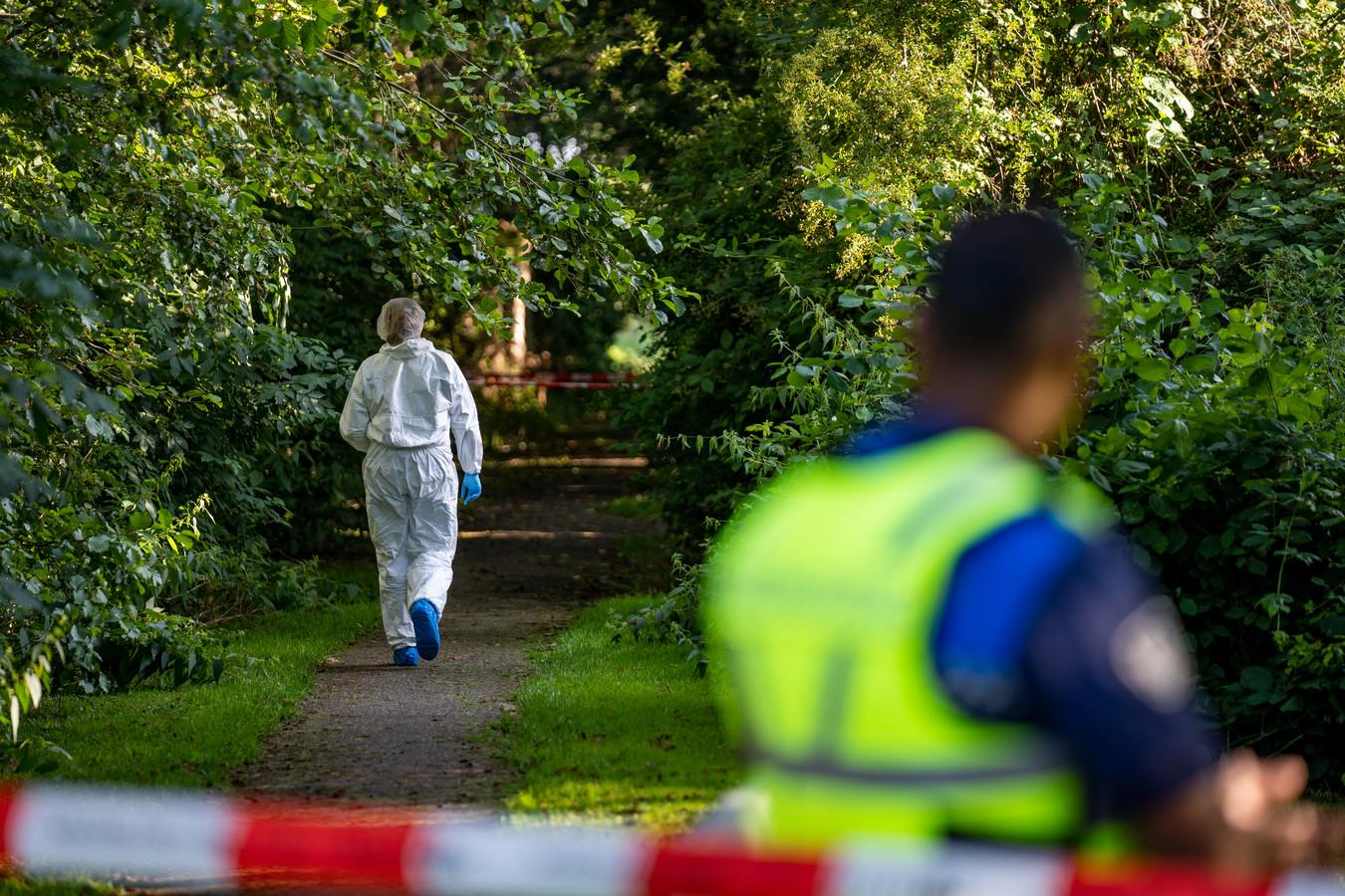 De politie doet nog uren onderzoek in het park waar Joshua werd neergestoken.
