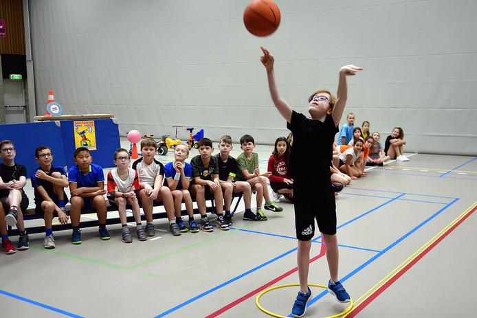 jurre van dijk wint de sjors sportief tekenwedstrijd tijdens de basketbalwedstrijd. Foto pix4profs/petervantrijen.