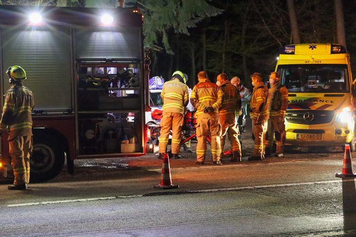Hulpdiensten bij het slachtoffer van het eenzijdig ongeval.