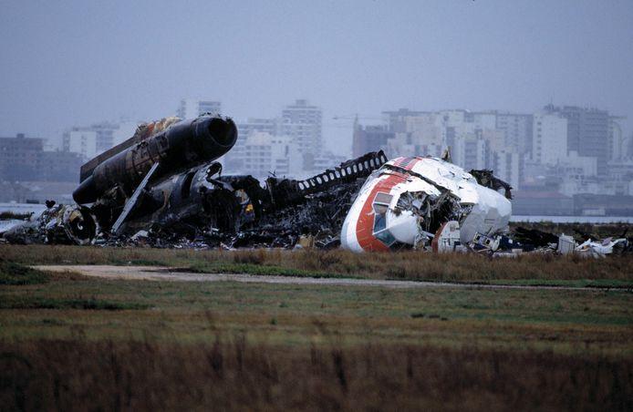 Het wrak van de DC-10 van Martinair ligt op de landingsbaan van Faro, op 22 december 1992.