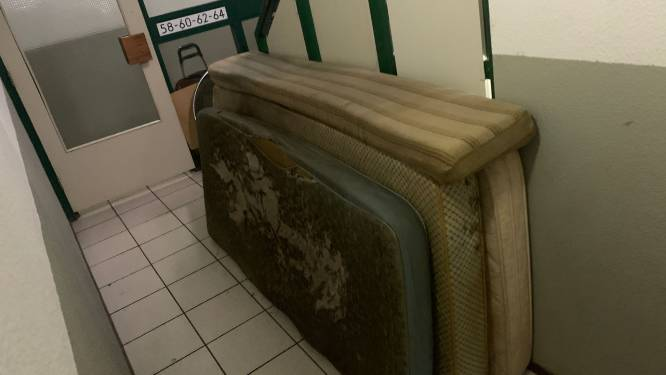 Bewoners smeken verhuurder om schoonmaakbeurt: 'Geur dode buurman hangt al weken in trappenhuis'