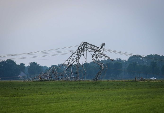 Een van de vier omgewaaide elektriciteitsmasten in het Gelderse Oosterwolde.