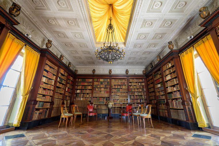 In de bibliotheek van 'Villa La Grange' is alles in gereedheid gebracht voor de topontmoeting. Beeld AFP