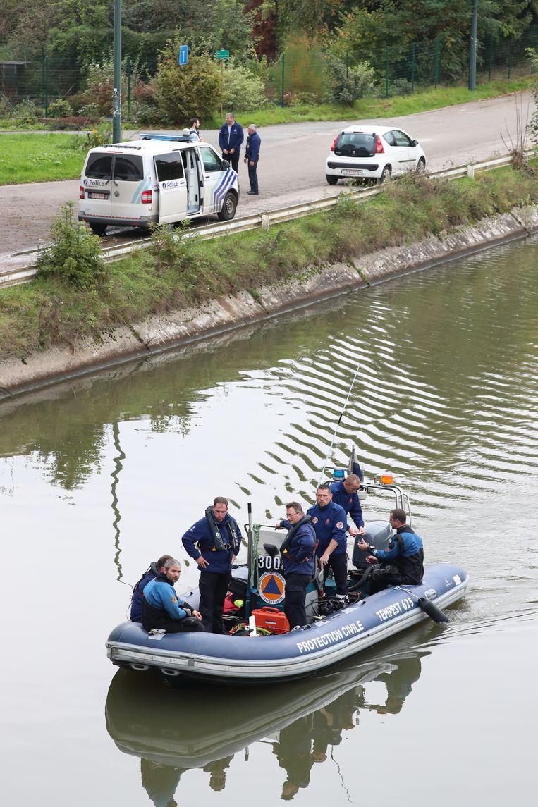 Speurders zochten gisteren verder in het kanaal van Ronquières. Beeld BELGA