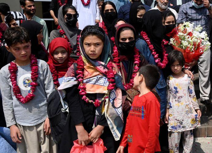 Des membres de l'équipe féminine junior de football d'Afghanistan et leurs familles posent pour une photo après avoir été accueillis par des responsables de la Fédération pakistanaise de football, à Lahore, au Pakistan, mercredi 15 septembre 2021.