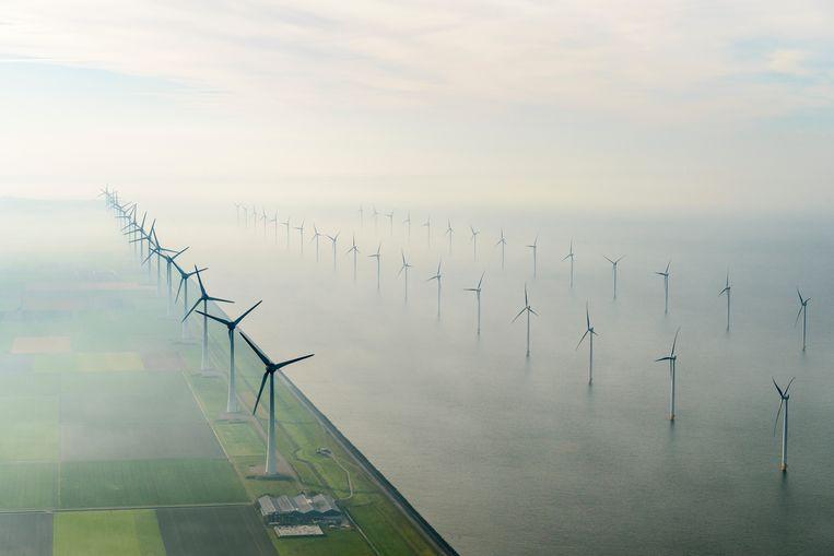 Het grootste windmolenpark van Nederland, Windpark Noordoostpolder in Flevoland. De mega windmolens zijn zowel op land als in het IJsselmeer gebouwd. Beeld Hollandse Hoogte / Siebe Swart