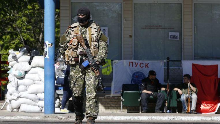 Een lid van de pro-Russische milities in Slavjansk, waar zeven waarnemers van de OVSE zijn gegijzeld. Beeld afp