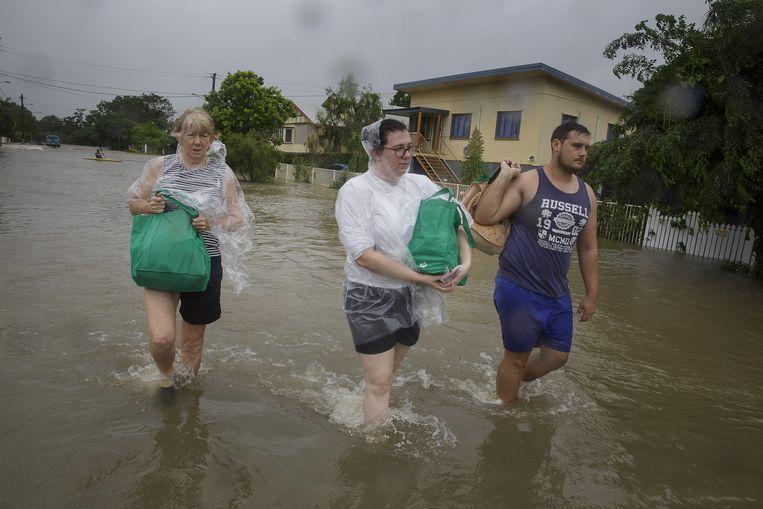 Inwoners vluchten naar een drogere plek. Beeld REUTERS