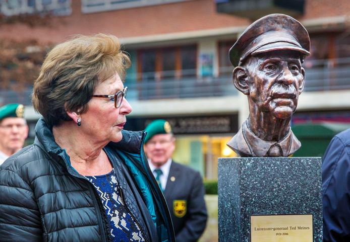 Onthulling beeld van 'vader der veteranen' Luitenant-Generaal Ted Meines.Links zijn dochter Sonja.(Voorburg 04-01-19) Foto:Frank Jansen
