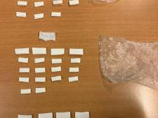 Meer dan vijftig envelopjes met drugs onderschept tijdens avondklokcontrole