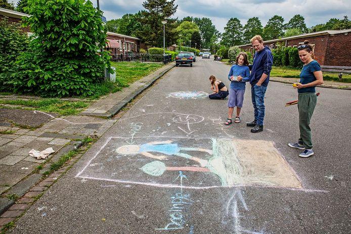 Bewoners van de Wielewaal (Rotterdam-Charlois) tekenden vorige maand hun ongenoegen op straat over een voorgenomen bomenkap in het tuindorp.