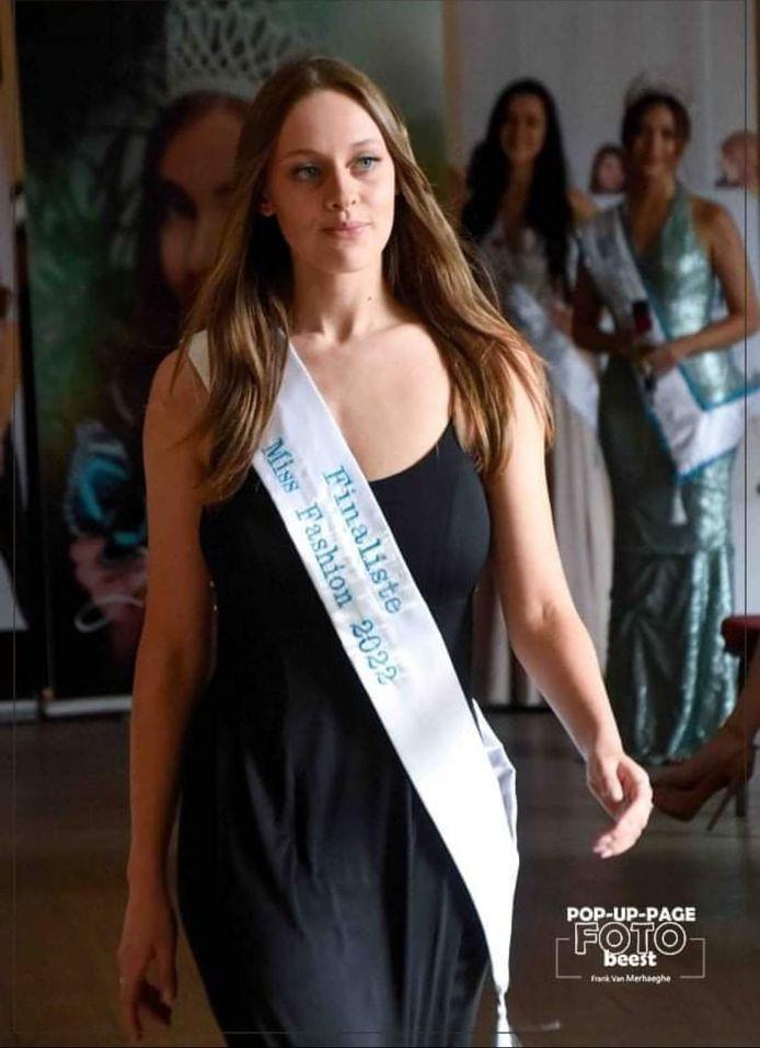 Alexine, met haar lint van finaliste. Zelfverzekerd, op de catwalk.