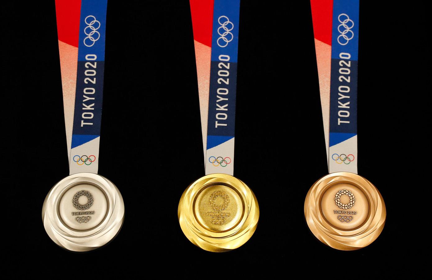Vlnr: De zilveren, gouden en bronzen medailles voor Tokio.
