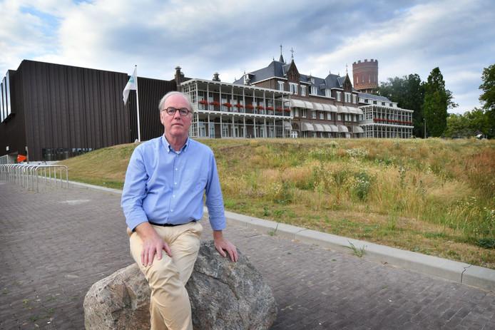 Wim Gaalman voor de polikliniek van het MST.