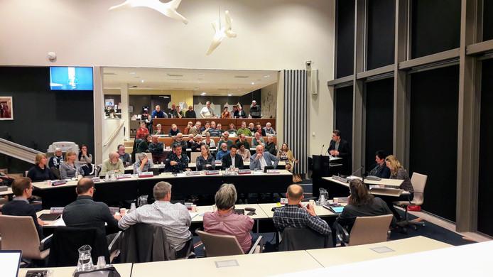 Wethouder Paul Hofman (staand rechts in de hoek) aan het woord in de drukbezochte raadscommissie in Bronckhorst waar de afvalstoffenheffing werd besproken.
