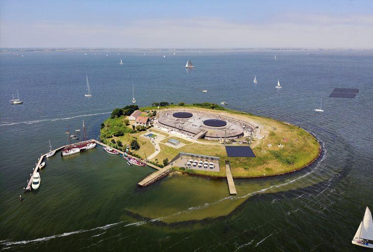 Energie voor het eiland zal komen van zonnecellen die de plaats van het kolenveld innemen en twee – bescheiden – windmolens.  Beeld Copyright Paul de Ruiter Architects D&N herinrichting Pampus