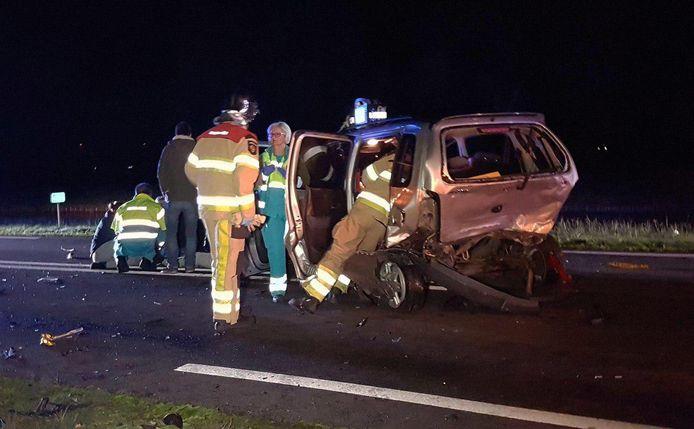 Een van de zwaar beschadigde auto's bij het ongeluk.
