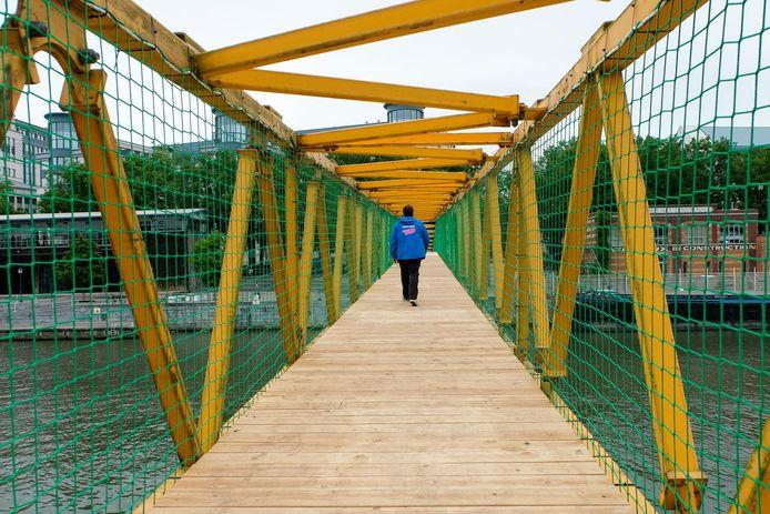 De tijdelijke voetgangersbrug die de twee kaaien verbindt.
