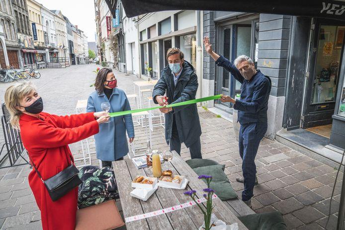 De burgemeester opent het terras van Bookz&Booze