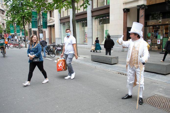 De straatartiesten tonen mensen hoe het wél moet en zorgen voor een grappige noot op de Meir.