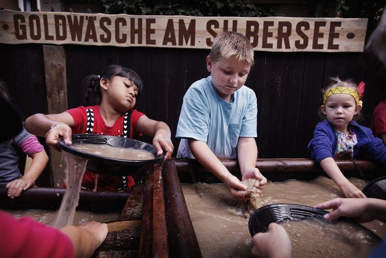 Germany, Saxony, Radebeul, 19.08.2014, (c) DANIEL Kinderen zoeken naar goud in het Karl May-museum. Beeld Daniel Rosenthal