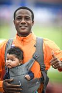 Hordeloper Gregory Sedoc neemt, met zijn zoontje, afscheid van de atletiek sport tijdens het EK Atletiek in het Olympisch Stadion.