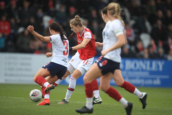 Vivianne Miedema haalt uit voor de winnende goal tegen Liverpool.