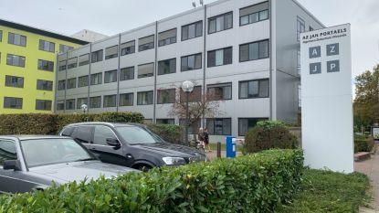Twee zeventigers aangereden aan ingang ziekenhuis AZ Jan Portaels: bestuurder pleegt vluchtmisdrijf