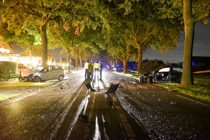 Op de Arnhemseweg, tussen Renswoude en Veenendaal, botsten twee auto's frontaal op elkaar. Er vielen meerdere gewonden.