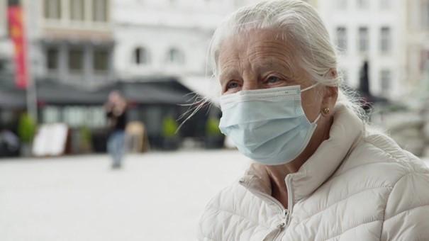 De politie in Antwerpen is op zoek naar een man die minsten vier brutale handtasdiefstallen heeft gepleegd. Een van de slachtoffers was de 87-jarige Jeanne.