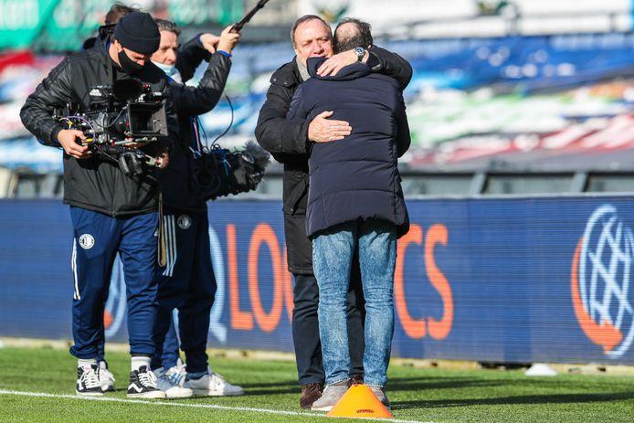 Een mooie begroeting tussen Dick Advocaat en zijn voormalige assistent Zeljko Petrovic voor de wedstrijd.